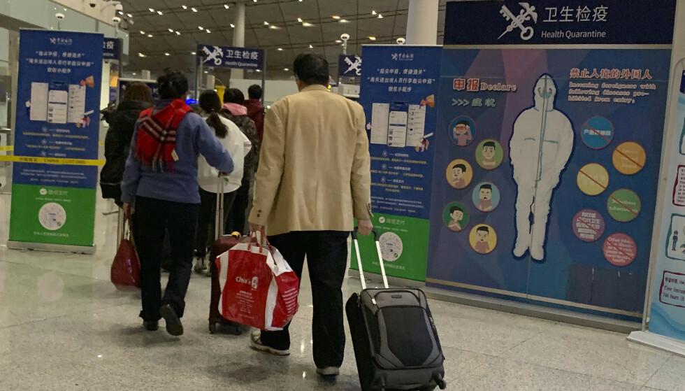 Kinesiske myndigheter bekrefter at det nye viruset smitter mellom mennesker. Her er reisende på den internasjonale flyplassen i Beijing tidligere i januar. Foto: Ng Han Guan / AP / NTB scanpix