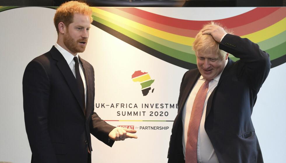 Prins Harry og statsminister Boris Johnson snakket sammen mandag. Johnson sier hele landet ønsker Harry and Meghan alt godt i framtiden. Foto: Stefan Rousseau / Pool via AP / NTB scanpix.