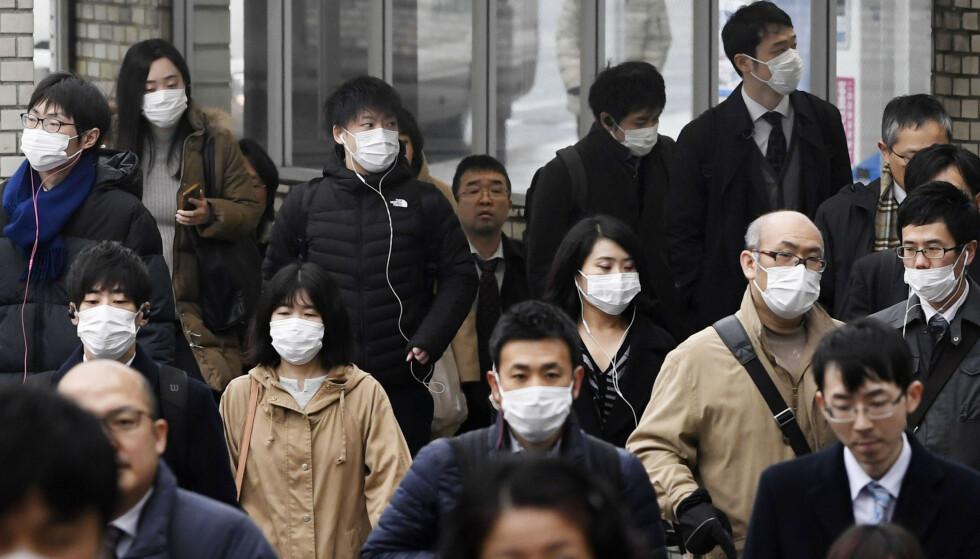 Frykten for virussmitte har spredd seg. Her fra en gate i Nara, vest i Japan. Foto: AP / NTB scanpix.