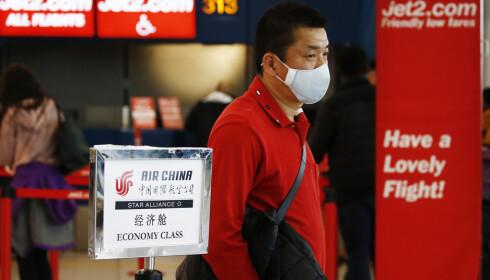 En kinesisk passasjer på Romas internasjonale flyplass. Foto: Cecilia Fabiano / LaPresse via AP / NTB scanpix