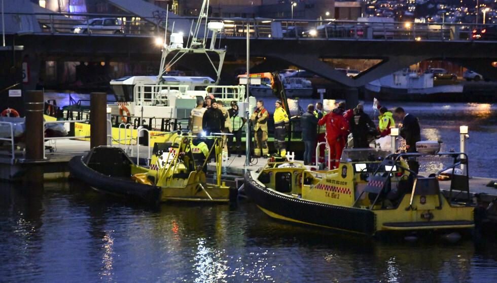 Mannen som ble hentet opp av vannet i Trondheim sentrum, er kritisk skadd, ifølge politiet. Foto: Joakim Halvorsen / NTB scanpix.