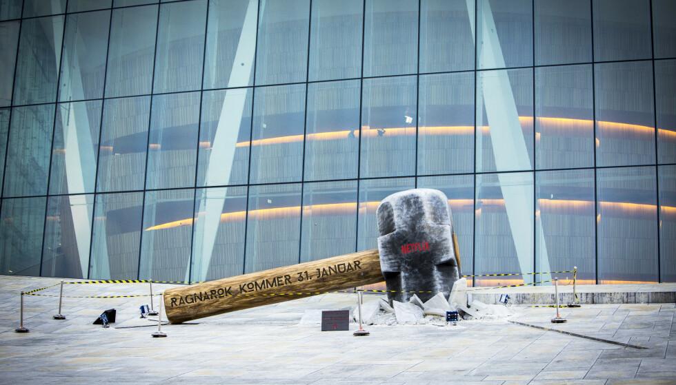 En enorm hammer er satt opp utenfor operaen i Bjørvika, et reklamestunt for den norske Netflix-serien «Ragnarok» som har premiere 31. januar. Operaen delte det – umerket – på Instagram. Foto: Ole Berg-Rusten / NTB scanpix