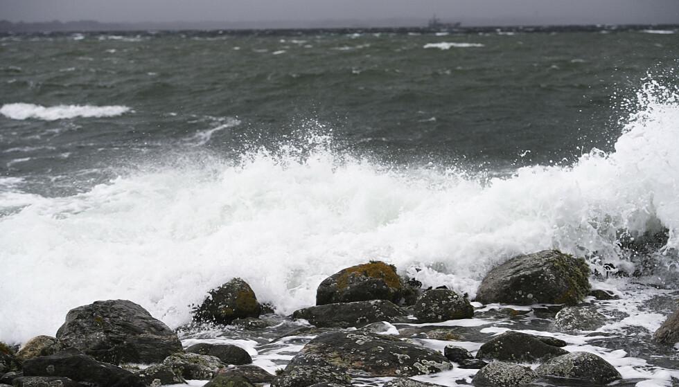 Stormen og nedbør herjer Vestlandet søndag. Her fra tidligere regn, kraftig vind og store bølger ved Herdla nord på Askøy. Arkivfoto: Marit Hommedal / NTB scanpix