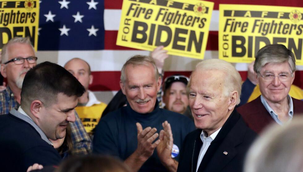 Samtidig som president Donald Trump er blitt frikjent for å ha forsøkt å sverte demokraten Joe Biden (bildet) med ukrainsk hjelp, har bildet av Biden som en vinner falmet. Her hilser han på velgere i Somersworth i New Hampshire. Foto: Elise Amendola / AP / NTB scanpix