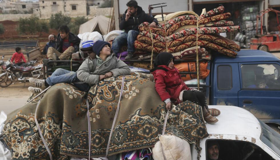 Syriske flyktninger å vei nordvestover i byen Hazano i Idlib-provinsen. Foto: Ghaith Alsayed / AP / NTB scanpix