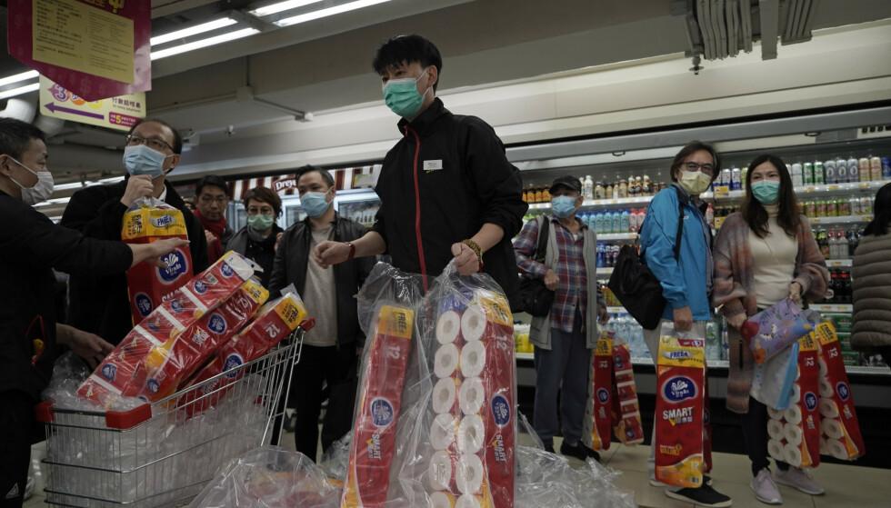 Innbyggere i Hongkong hamstrer toalettpapir i frykt for at forsyningen av den nødvendige varen tar slutt. Foto: Kin Cheung / AP / NTB scanpix