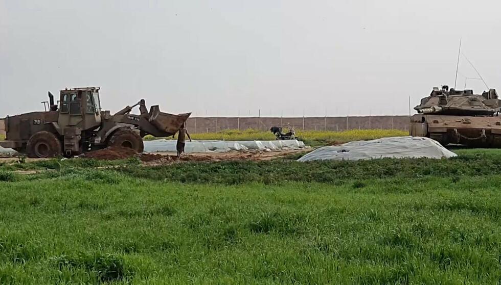Rakettene ble skutt mot Israel etter at israelske soldater søndag morgen skjøt og drepte et medlem av den militante palestinske gruppa Islamsk hellig krig. Bildet viser israelske militærkjøretøy som fjerner liket. Foto: AP / NTB scanpix