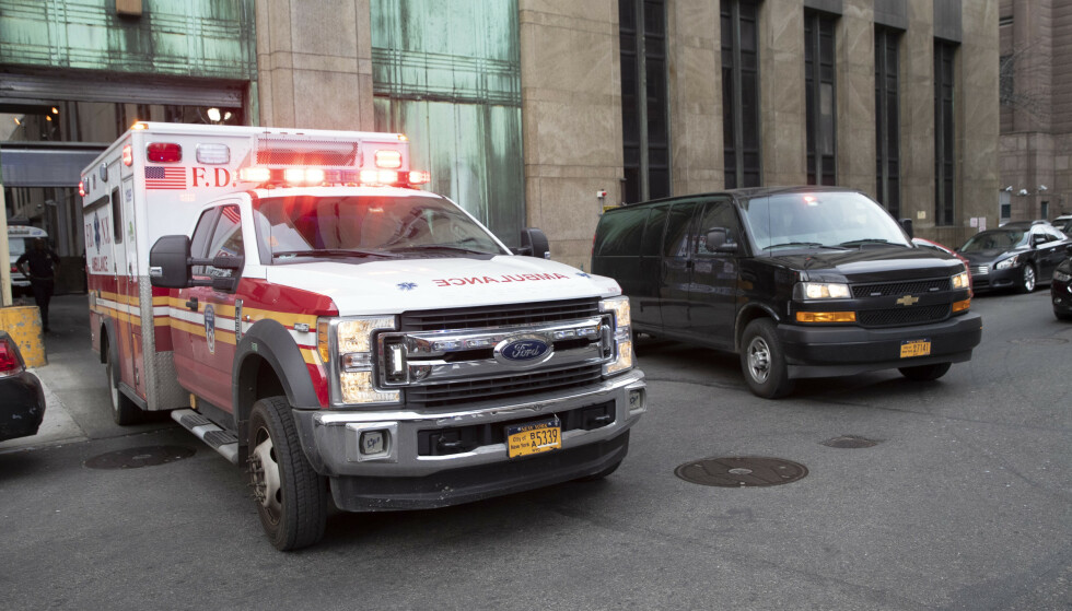 Ambulansen med Harvey Weinstein om bord forlater rettsbygningen på Manhattan i New York mandag. Foto: Mary Altaffer / AP / NTB scanpix.