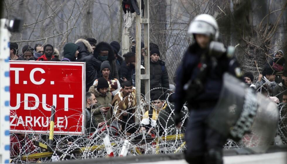 En gresk politimann ved grenseovergangen i landsbyen Kastanies, der migranter forsøker å ta seg inn i Hellas fra den tyrkiske provinsen Edirne. Foto: Giannis Papanikos / AP / NTB scanpix