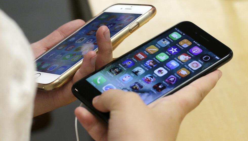 Apple har gått med på et forlik der selskapet betaler opptil 500 millioner dollar til eiere av Iphoner som i 2017 ikke fikk vite at de bare kunne ha byttet batteri i telefonen for en rimelig penge. Foto: Kiichiro Sato/ AP/ NTB scanpix