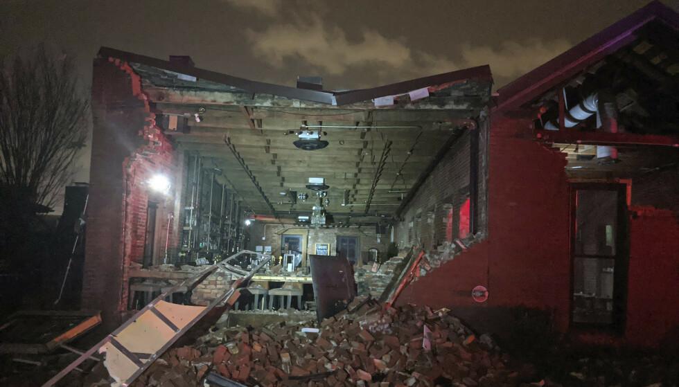 Denne restauranten i sentrum av Nashville fikk store skader da en tornado rev ut den ene veggen. Foto: AP / NTB scanpix