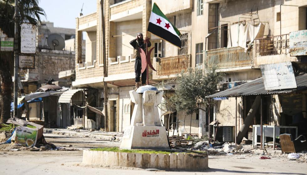 Byen Saraqeb i Syrias Idlib-provins ble i forrige måned erobret av tyrkiskstøttede opprørere (bildet). Mandag var den tilbake på regjeringsstyrkenes hender. Kampene har lagt store deler av byen i ruiner. Foto: AP / NTB scanpix