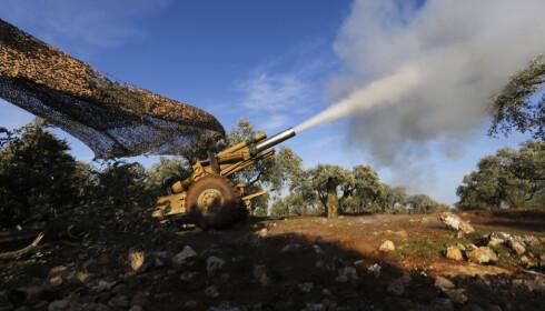 Tyrkiskstøttede opprørere (bildet) kjemper mot syriske regjeringsstyrker i Idlib-provinsen nordvest i Syria. Kamphandlingene har gjort store områder gjort ubeboelige, ifølge ny rapport. Foto: AP / NTB scanpix