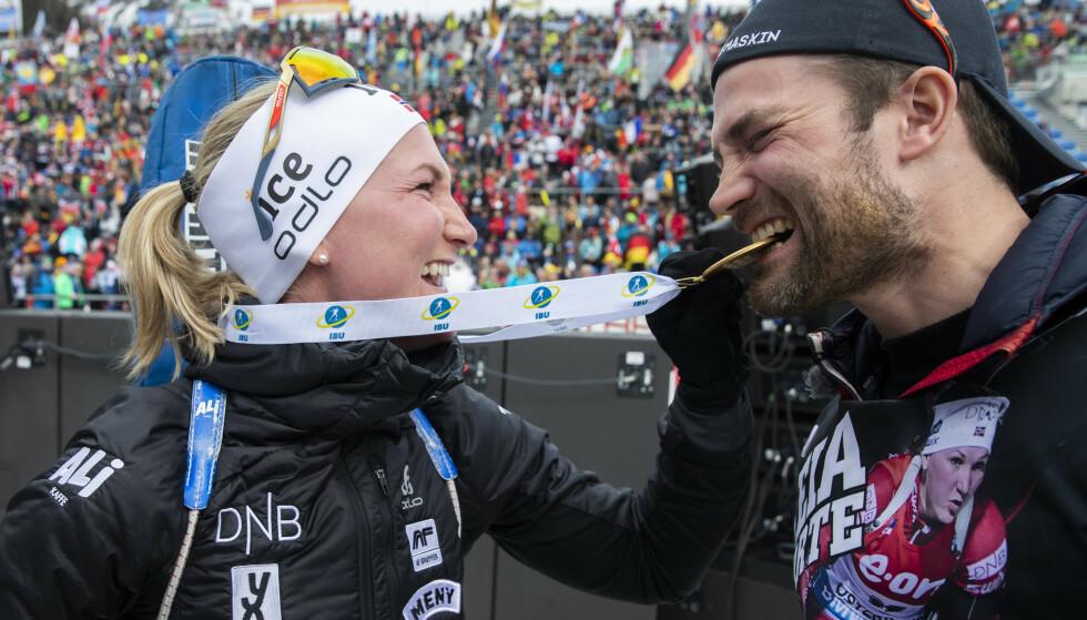 ANTERSELVA, ITALIA 20200223.  Marte Olsbu Røiseland jubler sammen med broren etter at hun tok gull under fellesstart 12,5 km kvinner under VM i skiskyting 2020 i Anterselva. Hun ble den første skiskytter i historien til å ta sju medaljer i et VM da hun gikk inn til gull på 12,5-kilometer i Anterselva Foto: Berit Roald / NTB scanpix