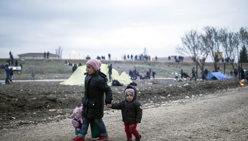 Situasjonen på grensen mellom Tyrkia og Hellas er uholdbar, sier EUs utenriksministre og kritiserer igjen Tyrkia for å bruke migranter og flyktninger som pressmiddel overfor EU. Foto: Emrah Gurel / AP / NTB scanpix