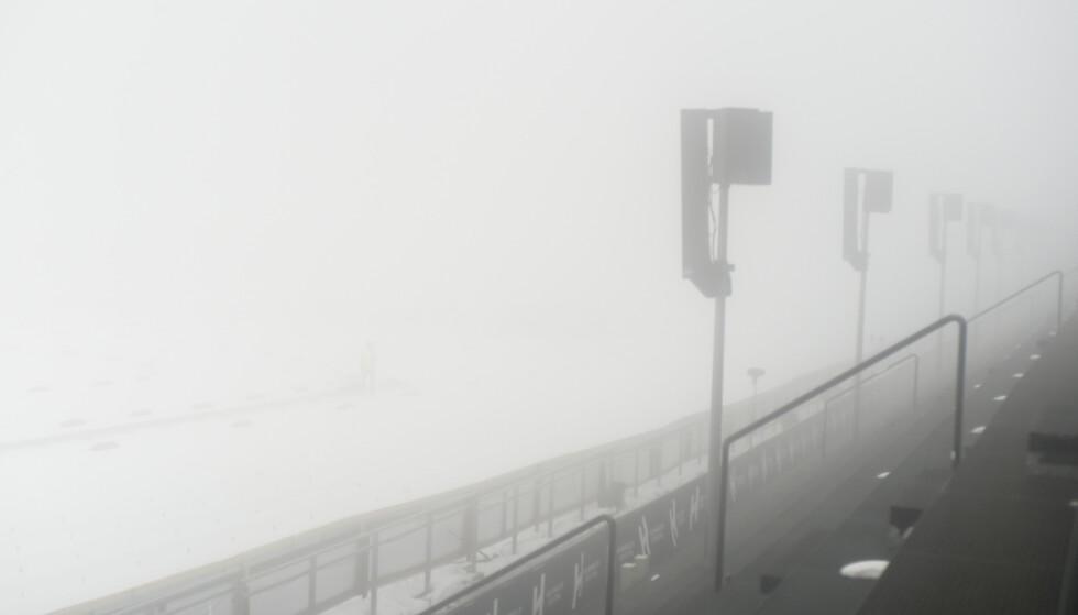 Med tykk tåke og mye vind i Holmenkollen søndag ble det klart at hopprennene ble avlyst. Foto: Annika Byrde / NTB scanpix.