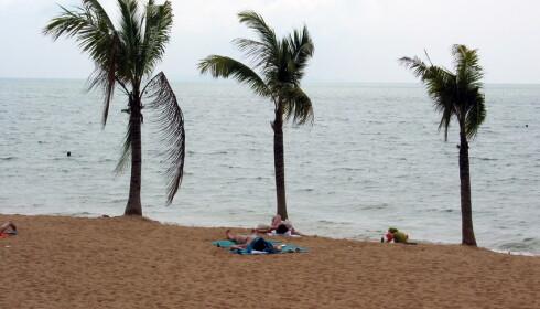 Stigende havnivå, kraftigere vinder og økt bebyggelse truer verdens strender. Her fra Jomtien Beach i Thailand. Foto: Stein Hallingstad, NTB scanpix
