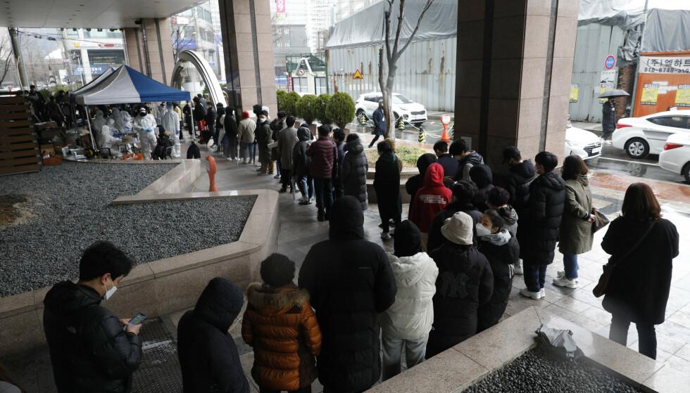 Folk står okø for å bli testet i Sør-Koreas hovedstad Seuol. (Park Min-suk/Newsis via AP)