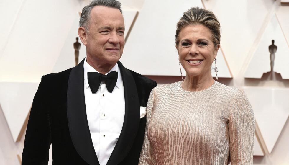 Tom Hanks og kona Rita Wilson da de ankom Oscar-utdelingen i Los Angeles tidligere i år. Nå er de første superstjerner i verden som står fram med at de har testet positivt for koronaviruset. Arkivfoto: Jordan Strauss / Invision / AP / NTB scanpix