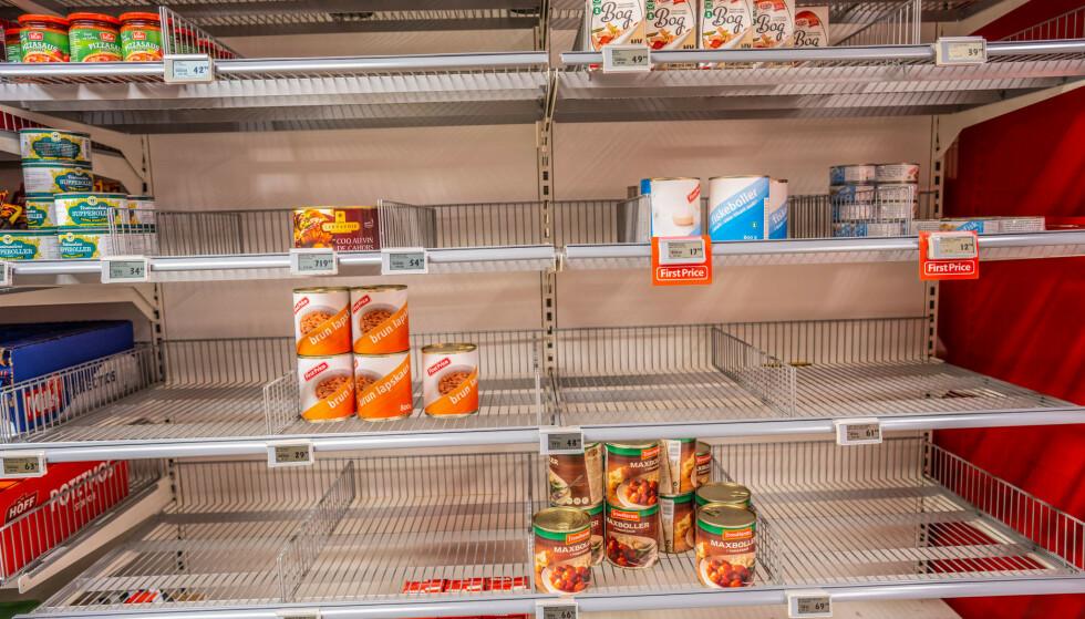 Hyller med hermetikk i en butikk på Kjelsås i Oslo torsdag. Foto: Stian Lysberg Solum / NTB scanpix