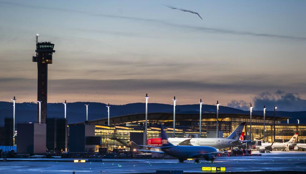 Kveldsstemning på Oslo lufthavn (OSL), der alle utlendinger uten symptomer nå skal sendes tilbake til sine hjemland. Foto: Håkon Mosvold Larsen / NTB scanpix
