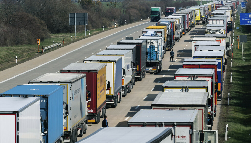 Det var onsdag lange køer av lastebiler som venter på å kjøre inn i Polen på motorveien ved Dresden etter at stadig flere grenser ble stengt for å bremse koronaviruset. Foto: Robert Michael / AP / NTB scanpix