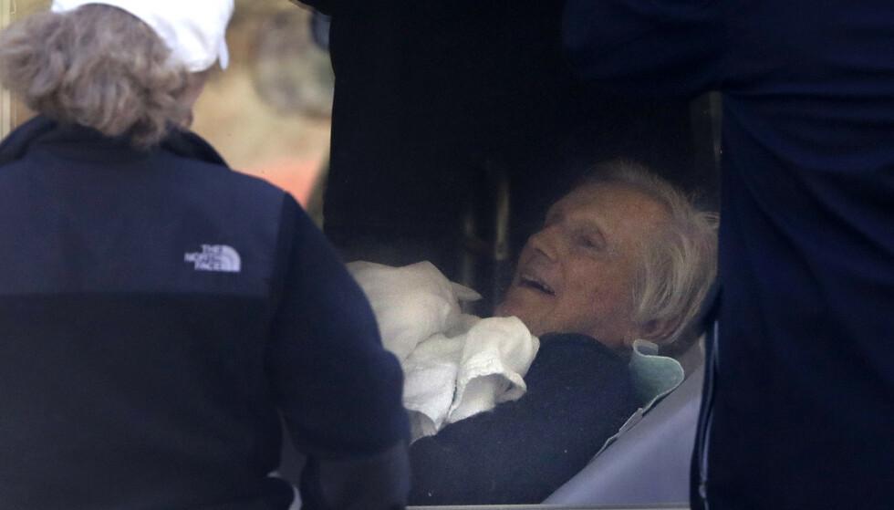 En pasient på Life Care Center ved Seattle ser ut av et vindu mot slektninger. 35 pasienter har dødd på sykehjemmet av coronaviruset. Foto: Elaine Thompson / AP / NTB scanpix
