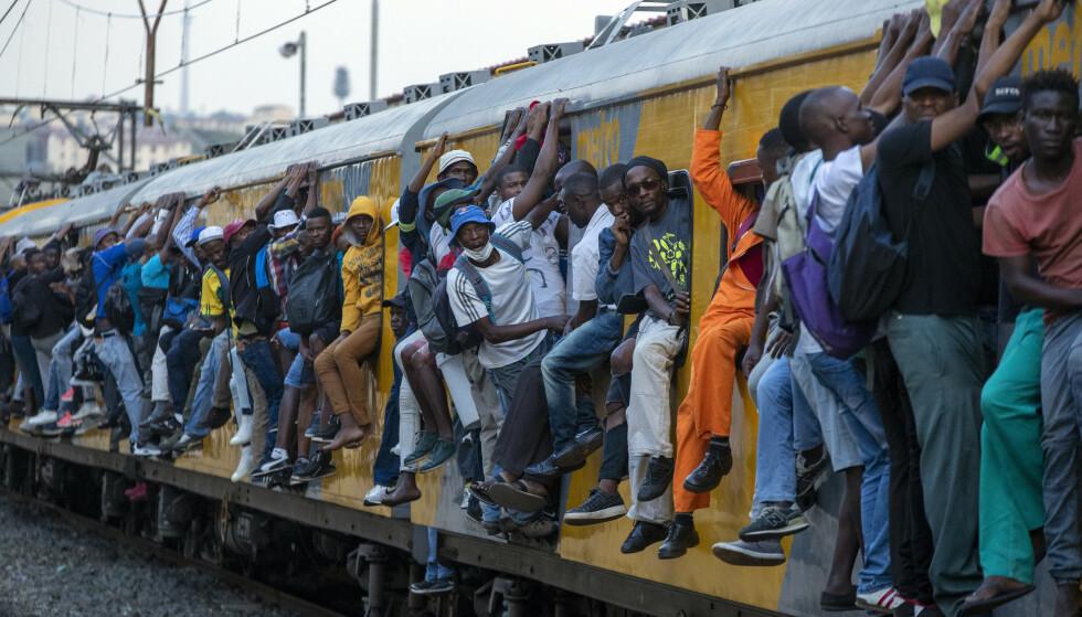 Helsevesenet er dårlig utbygd i mange afrikanske land, og folk bor trangt og tett, ofte uten tilgang til rent vann. Det øker risikoen for spredning av coronaviruset. Disse sørafrikanerne var på vei til jobb i et overfylt tog i Soweto utenfor Johannesburg i Sør-Afrika tidligere i uka. Foto: AP / NTB scanpix