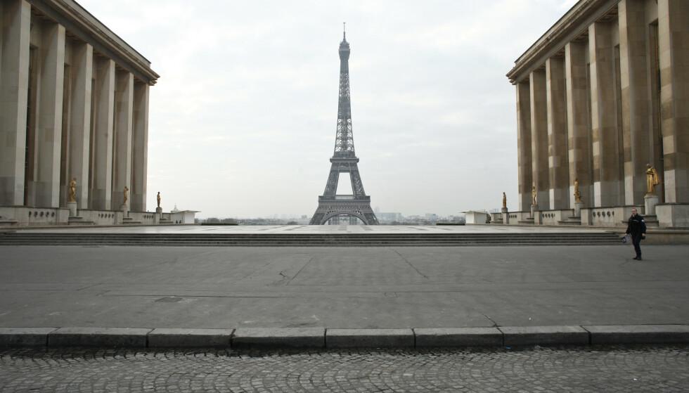 En politimann går på den tomme Trocadero-plassen i Paris. Foto: Thibault Camus / AP / NTB scanpix