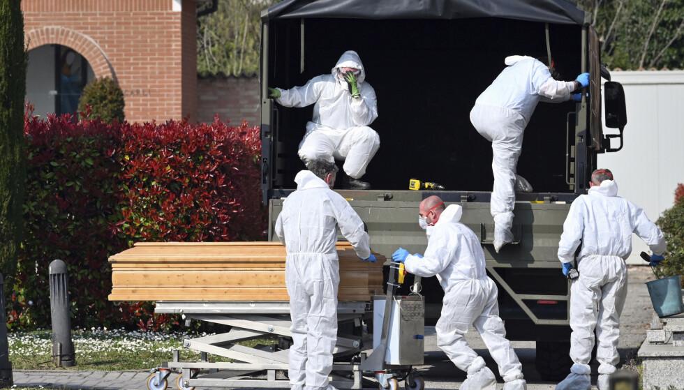 I Bergamo har antallet døde mennesker ført til at militæret må frakte kister til andre byer i Italia for å få unna kremasjoner. Foto: Massimo Paolone / AP / NTB scanpix.