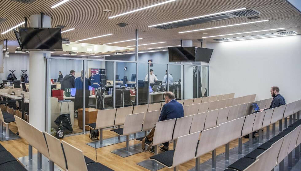 Noen få journalister har fått sitte bak glassveggen i sal 250, men publikum har ikke fått slippe til. Tirsdag ble også rommet hvor publikum har fått følge saken via videolink stengt. Foto: Ole Berg-Rusten / NTB scanpix.