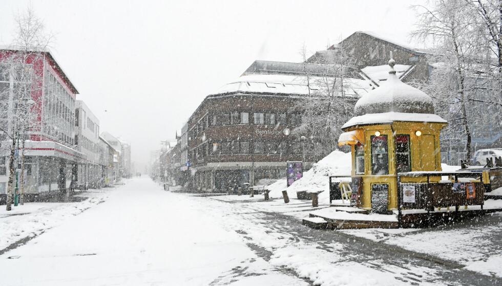 Slik så det ut i Storgata i Tromsø 18. mars. Nå blir det mer snø i nord. Foto: Rune Stoltz Bertinussen / NTB scanpix