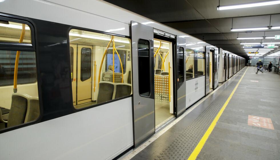 Jernbanetorget T-banestasjon mandag 23. mars klokken 08.19: En nærmest folketom perrong og T-bane. Foto: Vidar Ruud / NTB scanpix