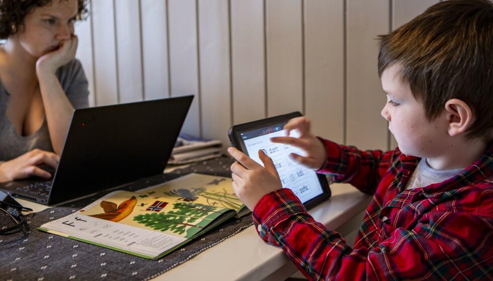 Ikke alle barn har internett hjemme og digitale hjelpemidler for å gjøre skolearbeid. Kirkens Bymisjon mener regjeringen må ta ansvar og sørge for både dette og mat i kjøleskapet til lavinntektsfamilier. Illustrasjonsbilde: Paul Kleiven / NTB scanpix