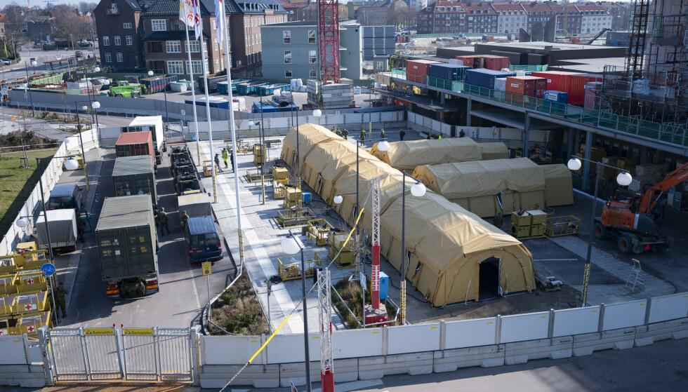 Et eget telt for intensivbehandling av 16 til 20 intensivpasienter er satt opp utenfor sykehuset i Helsingborg. I Stockholm regner helsemyndighetene med at sykehusene vil være fulle av koronasmittede i løpet av uka, men at smittetoppen ikke vil nås før i slutten av april. Foto: Johan Nilsson/TT / NTB scanpix
