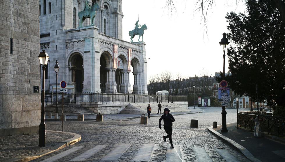 Stenging av butikker, utesteder og andre steder der folk samles, samt portforbud og andre tiltak, har ført til folketomme gater i byer som Paris (bildet). Det har trolig reddet mange liv, tror forskere. Foto: AP / NTB scanpix