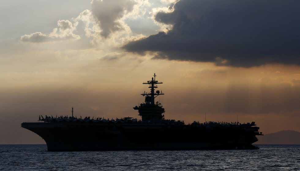 Over 100 av mannskapet om bord på det amerikanske hangarskipet USS Theodore Roosevelt har fått påvist koronasmitte, men den amerikanske marinen sparker nå kapteinen som varslet om dette. Foto: AP / NTB scanpix
