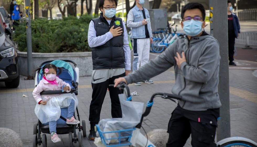 Folk stanset opp over hele landet da Kina mintes de over 3.000 som har dødd av coronaviruset. Foto: Mark Schiefelbein / AP / NTB scanpix