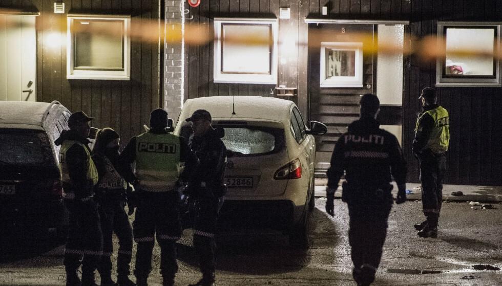 Politiet på stedet der en mann ble skutt fredag kveld, etter at han selv skal ha løsnet skudd mot politiet. Foto: Carina Johansen / NTB scanpix