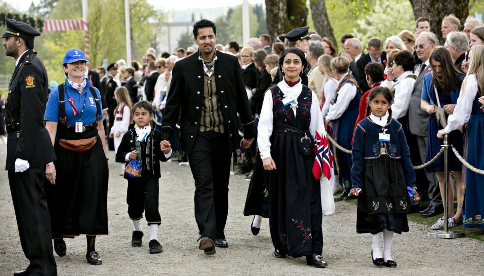 Abid Raja (V) og familien i bunad på 17. mai i forbindelse med feiringen av grunnlovsjubileet i 2014. Foto: Anette Karlsen / NTB scanpix.