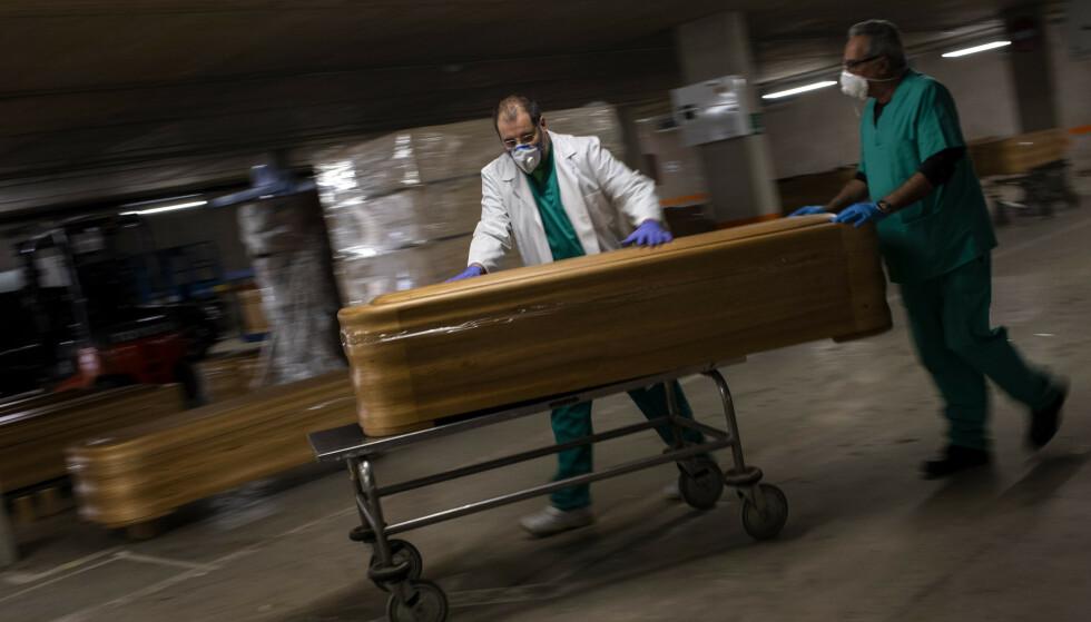Spania topper listen over land med antall coronarelaterte dødsfall per 1 million innbyggere. Foto: AP / NTB scanpix