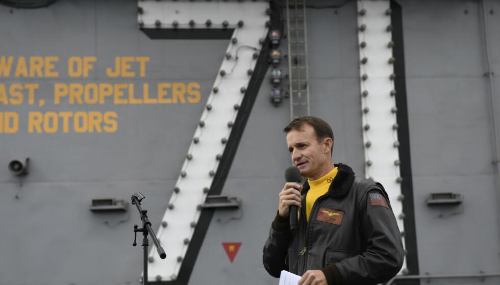 Kaptein Brett Crozier, som slo alarm om koronautbruddet om bord på det amerikanske hangarskipet USS Theodore Roosevelt i Stillehavet, fikk sparken av Trump-administrasjonen. Nå har han selv testet positivt for koronavirus. Foto: AP / NTB scanpix