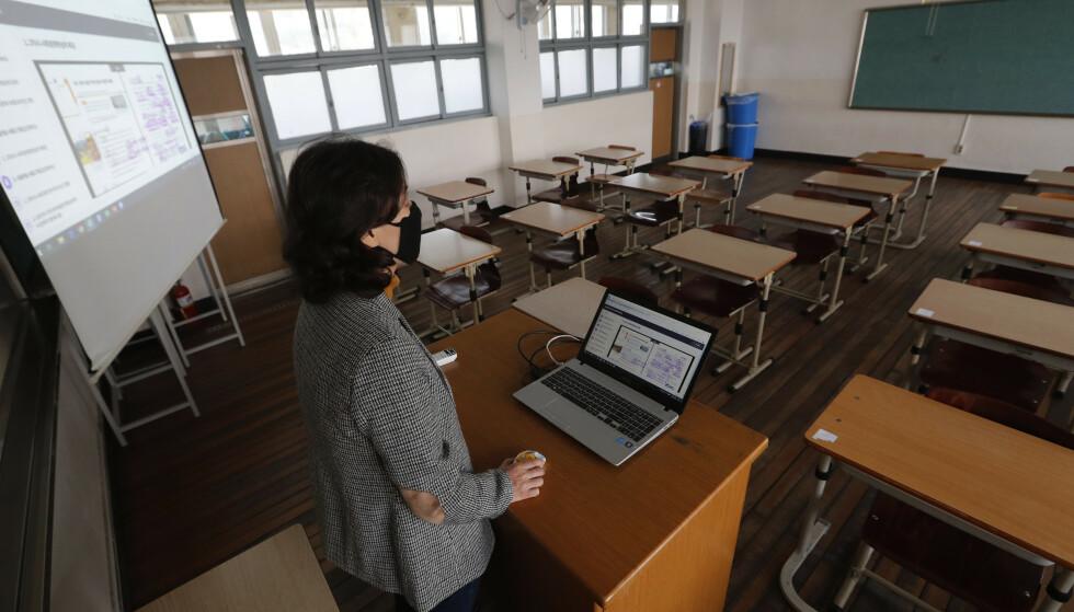 En lærer holder nettundervisning for elevene sine ved en skole i Seoul. Skolene i landet er fortsatt stengt som del av tiltakene myndighetene har iverksatt for å stanse koronavirusspredningen. Foto: Ahn Young-joon / AP / NTB scanpix