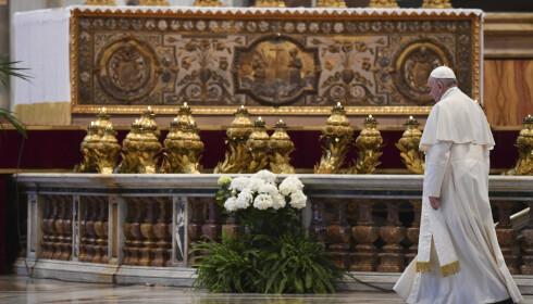 Pave Frans holdt messe i en nesten tom Peterskirken som følge av tiltak som skal hindre koronasmitte. Den ble direktesendt på nettet slik at verdens 1,3 milliarder katolikker, mange av dem i karantene, kunne følge med hjemmefra. Foto: Andreas Solaro/Pool Photo via AP / NTB scanpix