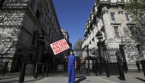 Legen Meenal Viz demonstrerer utenfor Downing Street i London. Hun er opprørt over mangelen på beskyttelsesutstyr for helsearbeidere. Foto: Kirsty Wigglesworth / AP / NTB scanpix