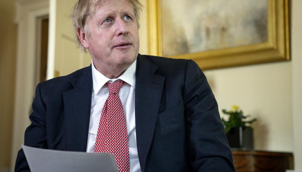 Storbritannias statsminister Boris Johnson takker helsepersonell for jobben de gjør under krisen. Det er registrert nesten dobbelt så mange dødsfall i England og Wales hittil i år som det som var ventet. Foto AP / NTB scanpix
