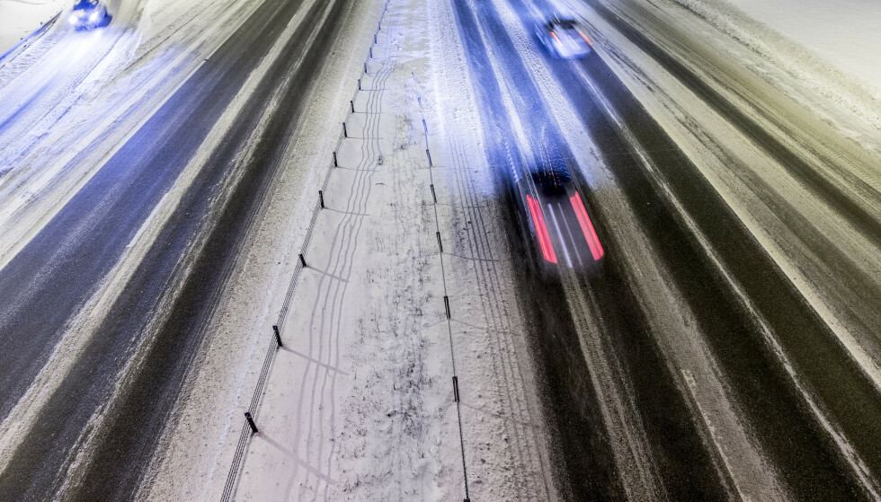 Mange har kanskje lagt om til sommerdekk, men til helgen kan det bli hvitt på veiene i høyden. Illustrasjonsfoto: Stian Lysberg Solum / NTB scanpix