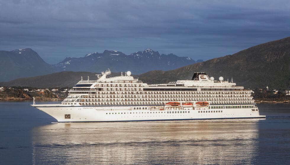 Cruiseskipet Viking Sun fra Viking Cruises, her utenfor Ålesund, ligger til kai i Kristiansand sammen med søsterskipet Viking Jupiter. Mannskapene får ikke lov å gå i land på grunn av smittevernstiltak. Foto: Halvard Alvik / NTB scanpix