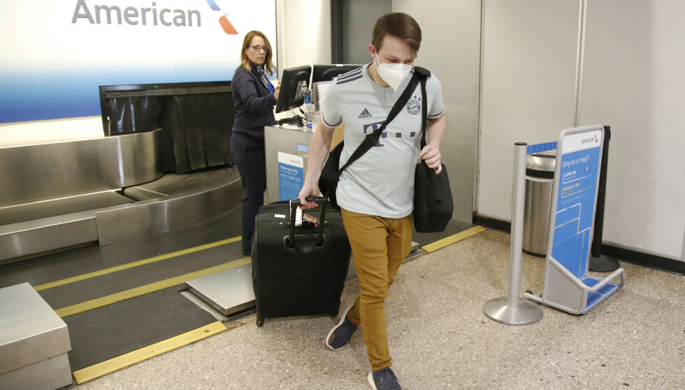 Munnbind blir påbudt om bord i alle de store amerikanske flyselskapenes fly. Foto: AP/NTB Scanpix