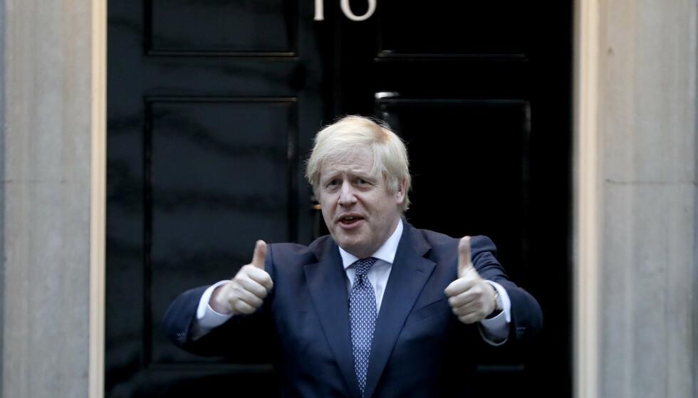 Statsminister Boris Johnson deltok i den ukentlige klappesesjonen for Storbritannias helsepersonell forrige torsdag. Han har selv overlevd covid-19. Foto: Kirsty Wigglesworth/AP/NTB Scanpix
